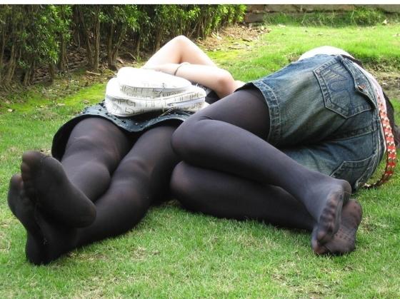 ムチムチミニスカ熟女の黒透けパンスト不倫エロ画像4枚目