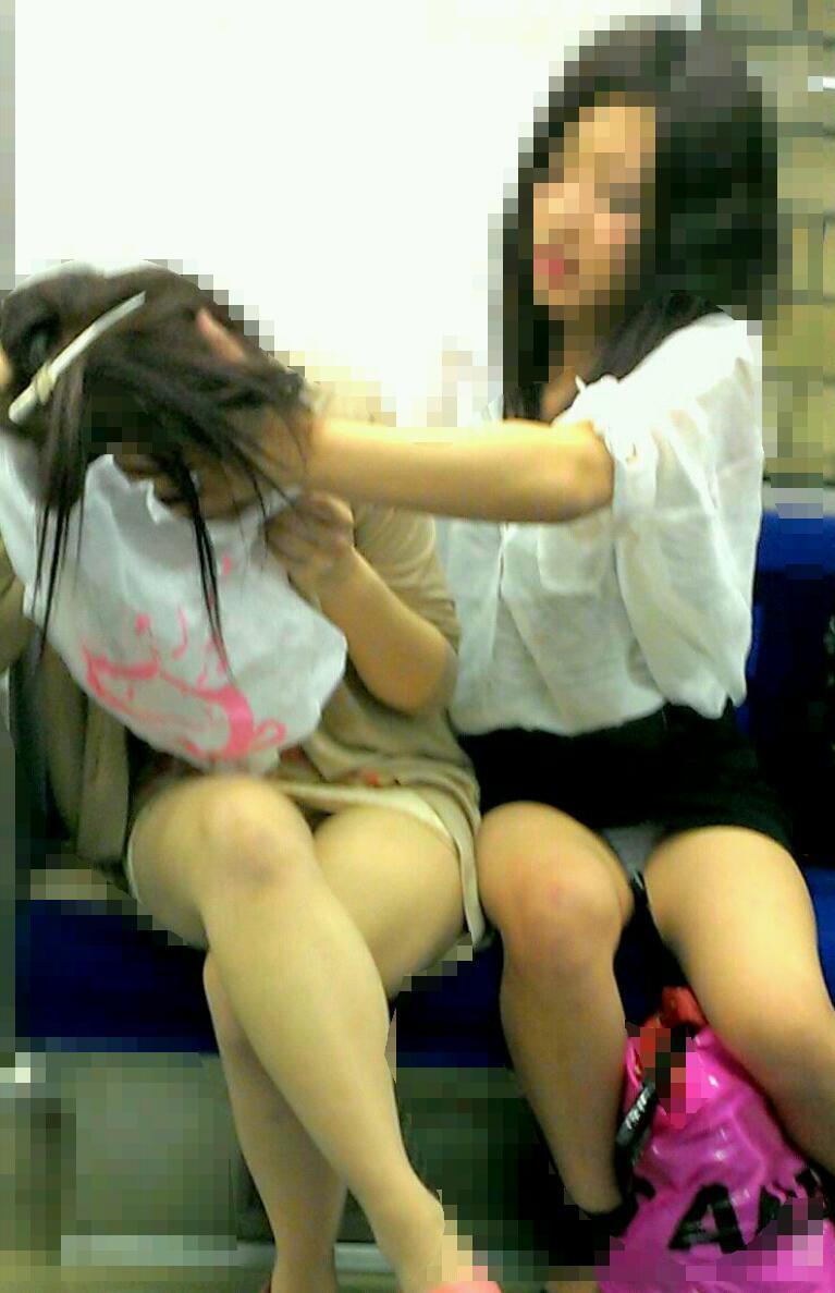 ヤリマン女子大生の三角パンチラ盗撮エロ画像1枚目
