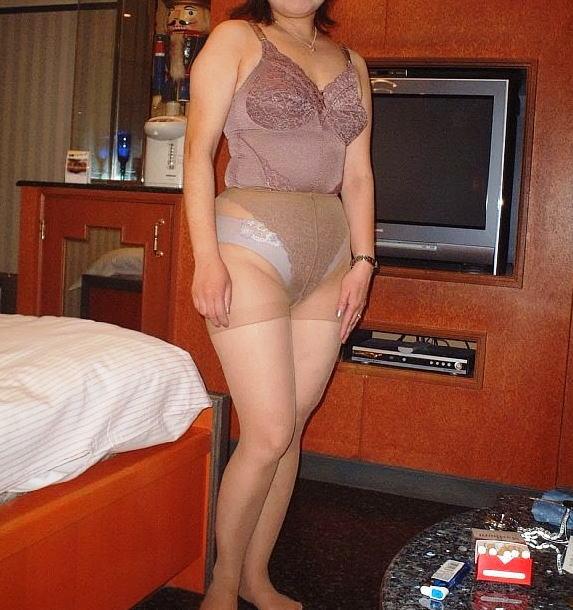 ムッチリ巨尻がエロい不倫熟女のパンスト下着姿画像3枚目