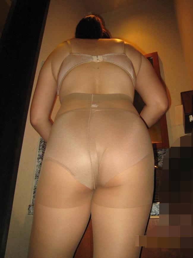 ムッチリ巨尻がエロい不倫熟女のパンスト下着姿画像4枚目