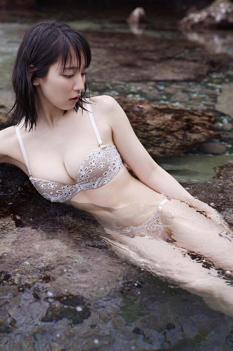 吉岡里帆の透けまんこと透け乳首グラビアエロ画像16枚目