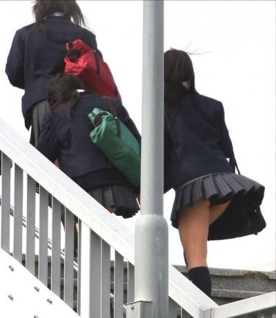 巨尻のjkムチムチ階段下の下着盗撮エロ画像5枚目