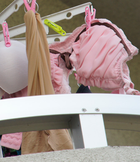 jc妹の右奥のベランダに干された下着盗撮エロ画像4枚目