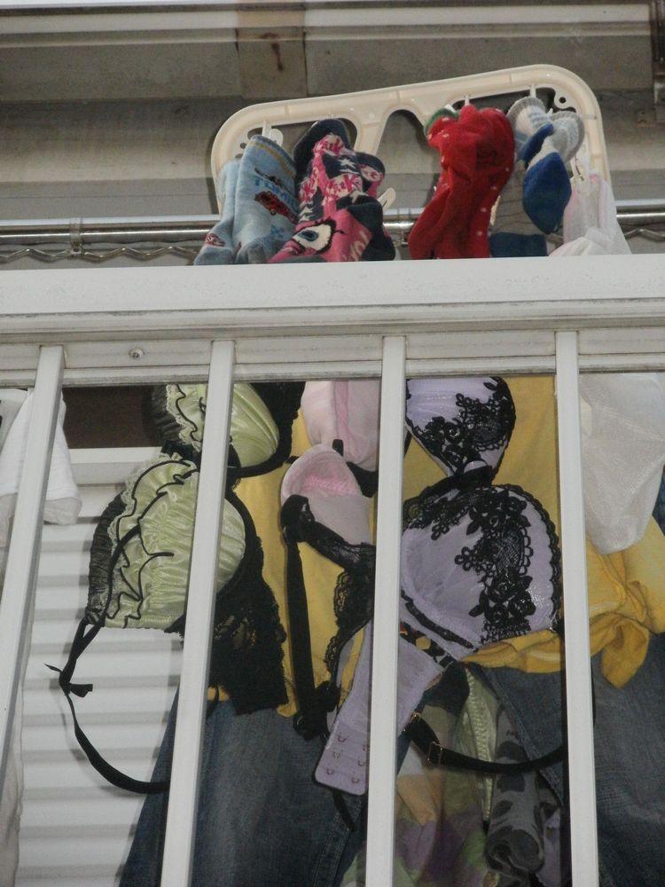 jc妹の右奥のベランダに干された下着盗撮エロ画像14枚目