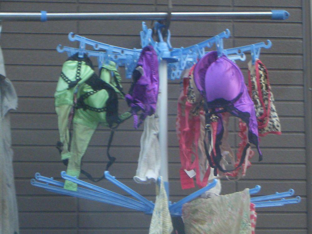 jc妹の右奥のベランダに干された下着盗撮エロ画像15枚目