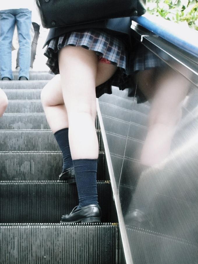 わざと下着を見せてるjk階段下パンチラ盗撮エロ画像7枚目