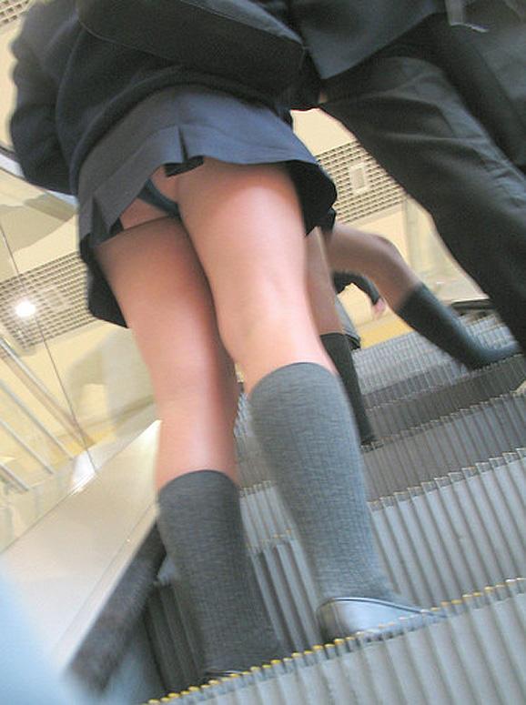 わざと下着を見せてるjk階段下パンチラ盗撮エロ画像13枚目