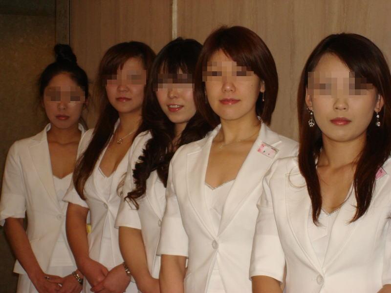 宴会場で公開レイプされるピンクコンパニオンエロ画像10枚目