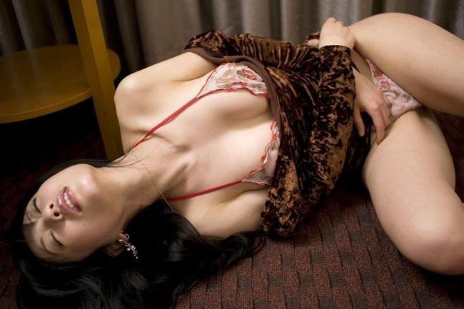 セクシー下着の人妻による不倫売春エロ画像13枚目
