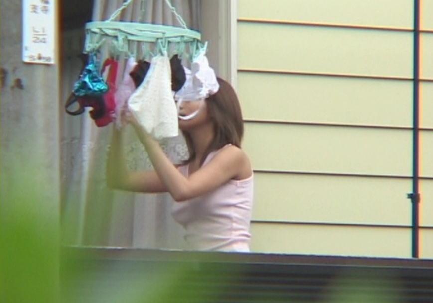 jk妹がベランダで下着を干す下着姿を盗撮エロ画像4枚目