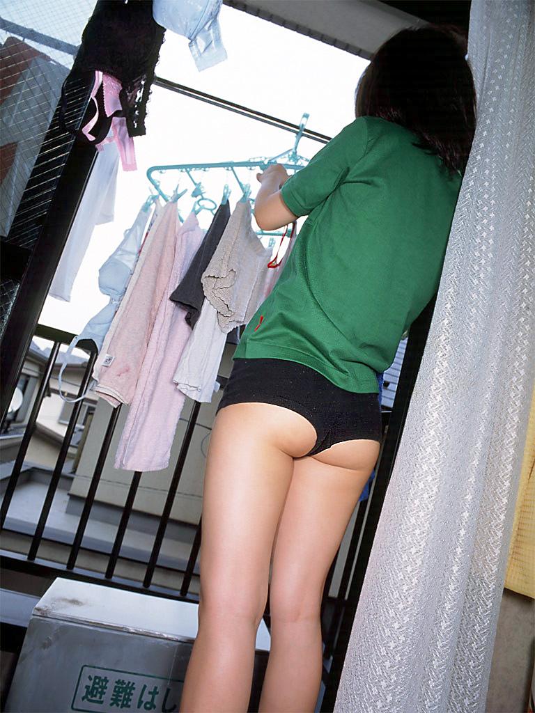 jk妹がベランダで下着を干す下着姿を盗撮エロ画像5枚目