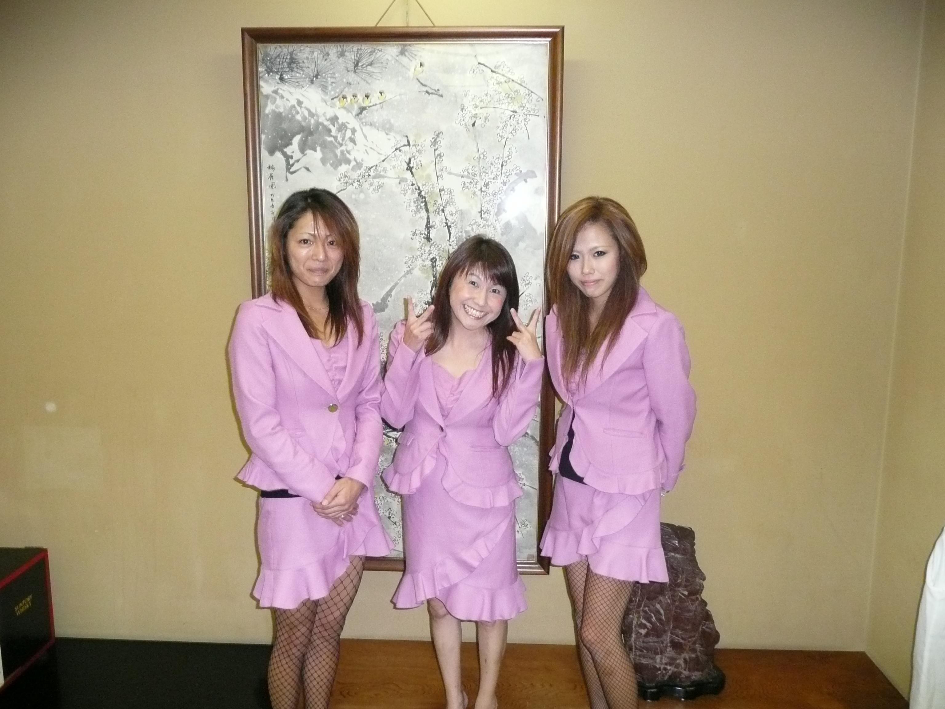 ピンクコンパニオンの宴会場で笑顔で本番エロ画像5枚目