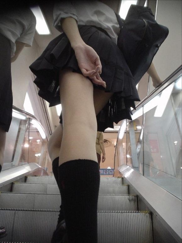 下着盗撮を警戒する階段下jkのパンチラ盗撮エロ画像