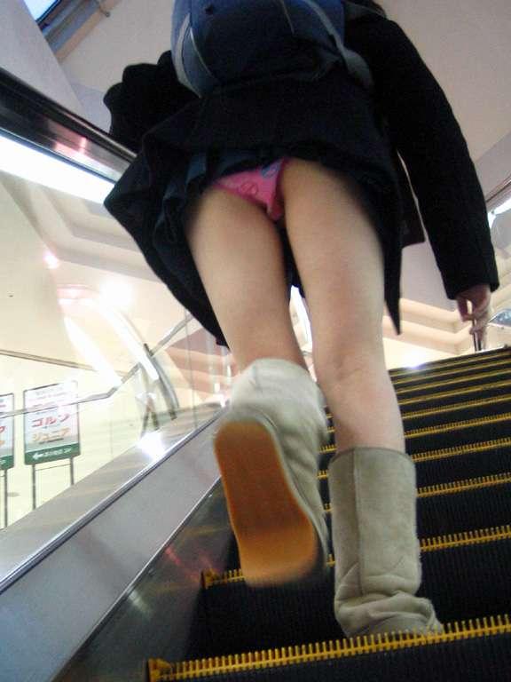 jkの下着盗撮を警戒する階段下パンチラ盗撮エロ画像11枚目