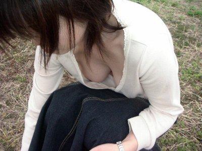 ノーブラ人妻の熟れた巨乳の胸チラ盗撮エロ画像
