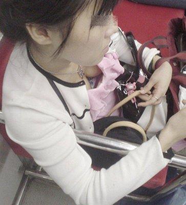 人妻の熟れたノーブラ巨乳の胸チラ盗撮エロ画像2枚目