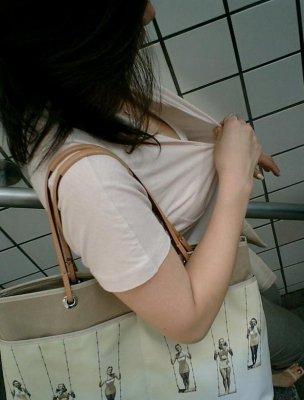 人妻の熟れたノーブラ巨乳の胸チラ盗撮エロ画像12枚目