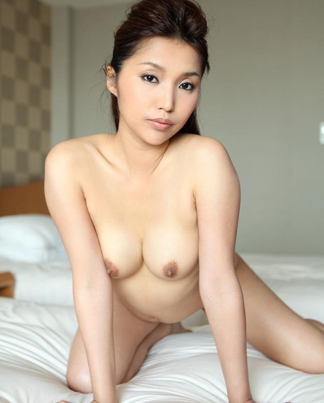 不倫人妻のツンと上を向いた乳首の魅惑巨乳エロ画像5枚目