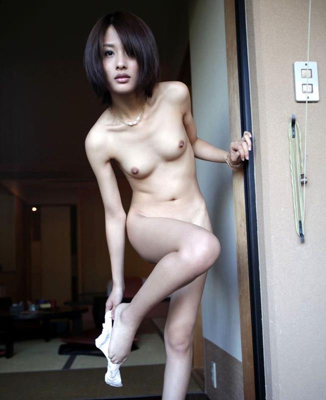 不倫人妻のツンと上を向いた乳首の魅惑巨乳エロ画像15枚目