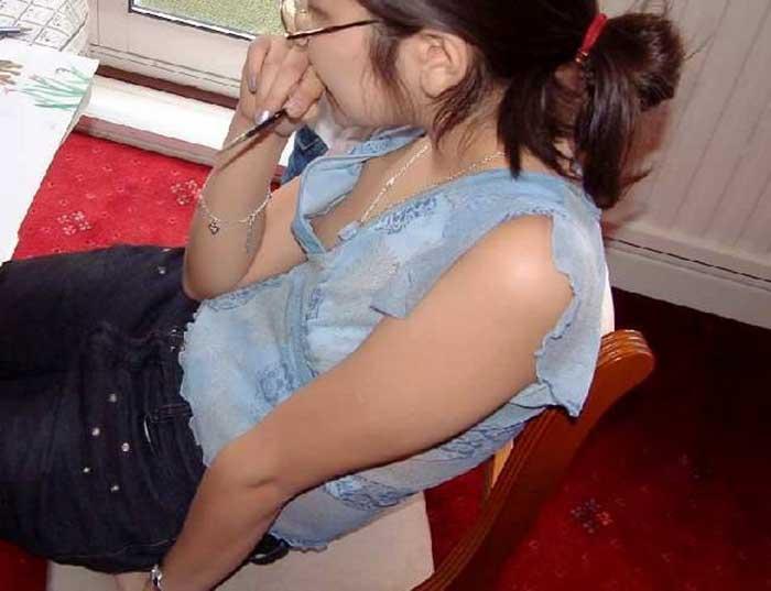 ノーブラ美大生の処女乳首の胸チラ盗撮エロ画像