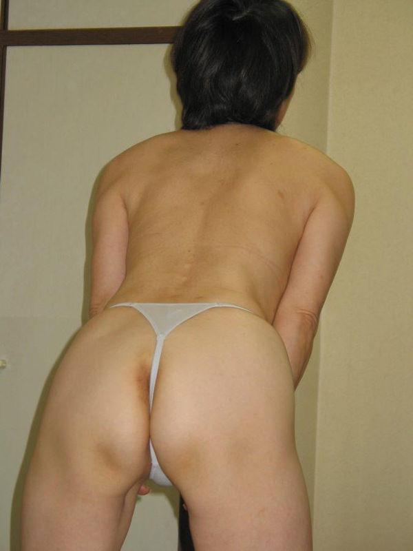 Tバック下着で巨尻とアナルを見せる不倫人妻エロ画像