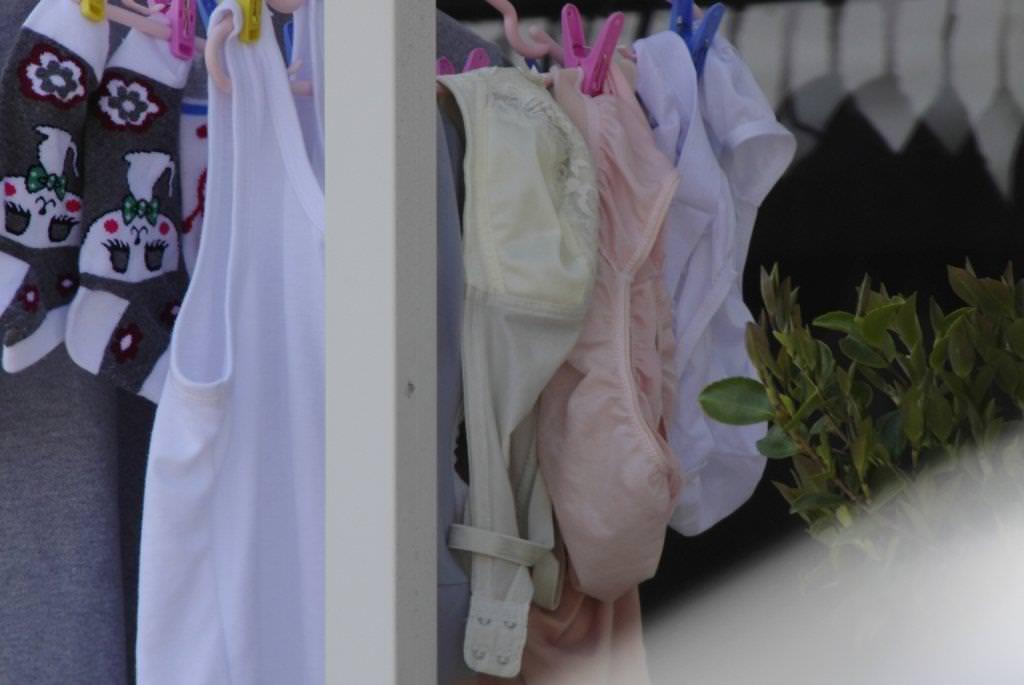 靴下で判別!ベランダの下着がjc妹の物なエロ画像