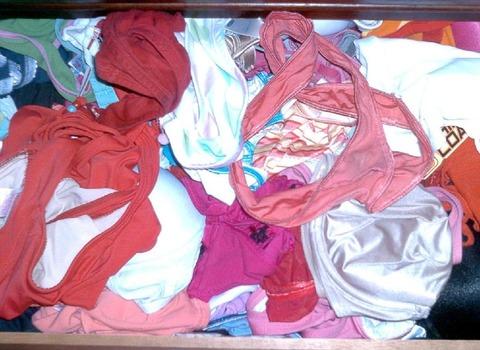 姉のタンスの中は下着以外にもバイブ発見エロ画像16枚目