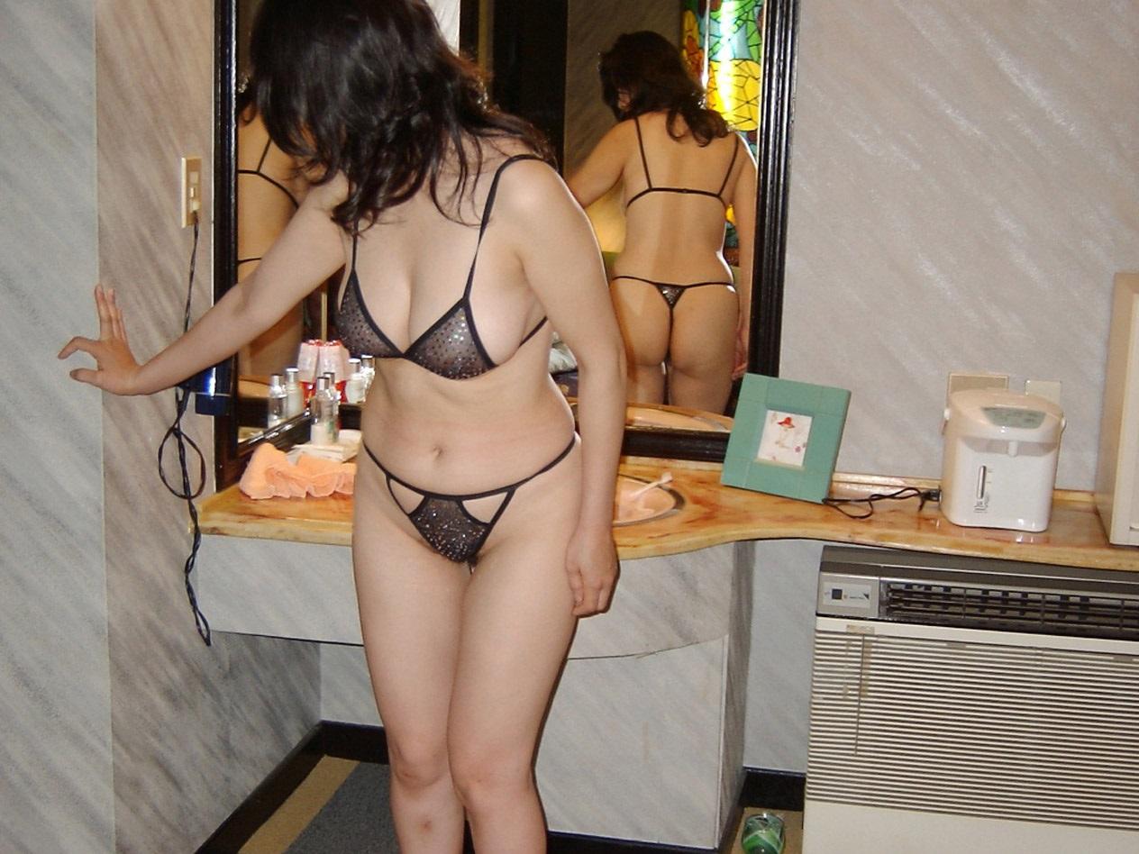 腋毛がエロい不倫熟女の透け下着姿をハメ撮りした画像2枚目