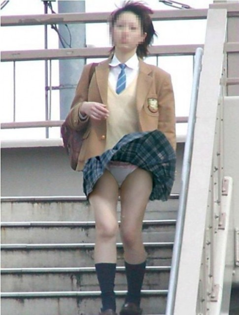 jkが校内で階段下で盗撮された下着のエロ画像9枚目