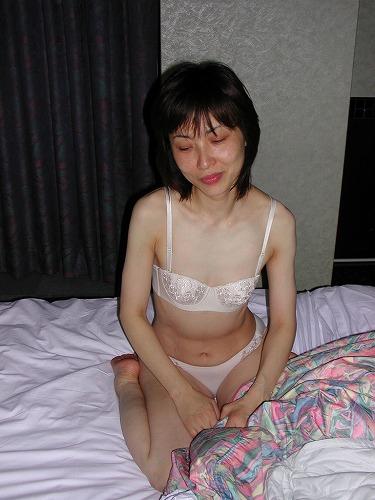 不倫をしてしまい伏し目がちな熟女の下着姿のエロ画像