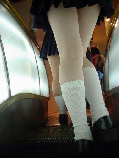 処女jcの純白下着を駅のホームで逆さ盗撮エロ画像6枚目