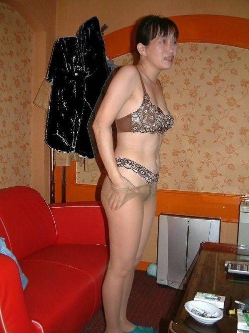 不倫人妻のスレンダーな顔出しパンスト姿エロ画像7枚目