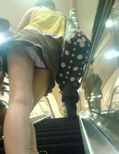 女子大生の薄着になったミニスカ下着盗撮エロ画像3枚目