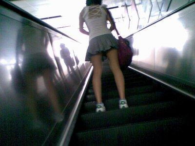 女子大生の薄着になったミニスカ下着盗撮エロ画像8枚目