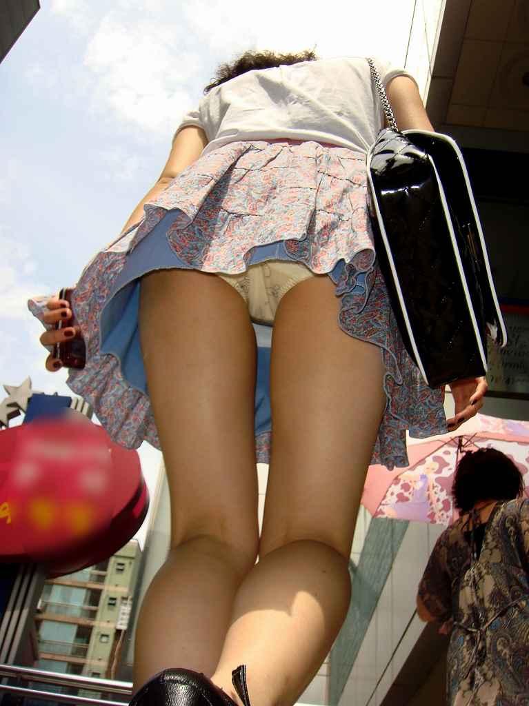 女子大生の薄着になったミニスカ下着盗撮エロ画像15枚目