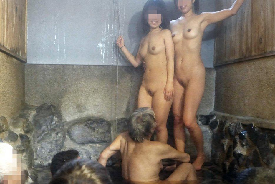 温泉でご奉仕する若いピンクコンパニオンのエロ画像