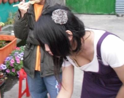 女子大生の浮きブラした胸チラ盗撮のエロ画像11枚目