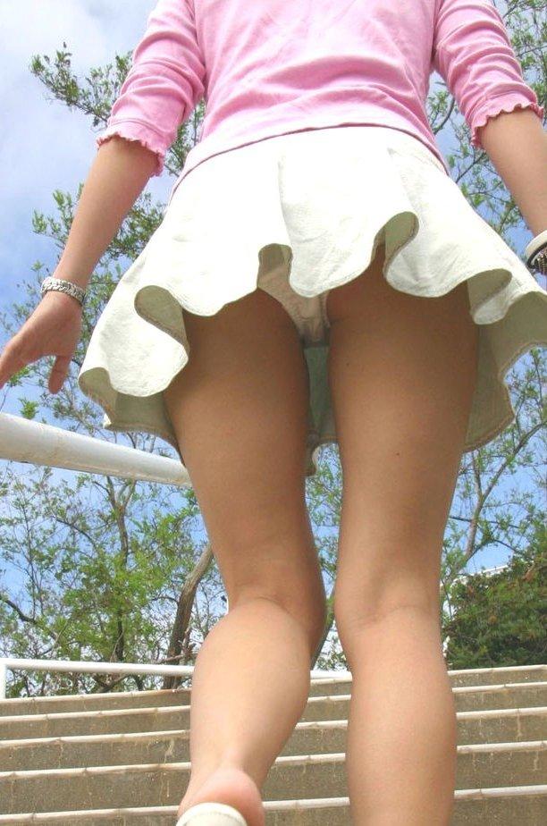 女子大生のミニスカを狙われた下着盗撮エロ画像1枚目
