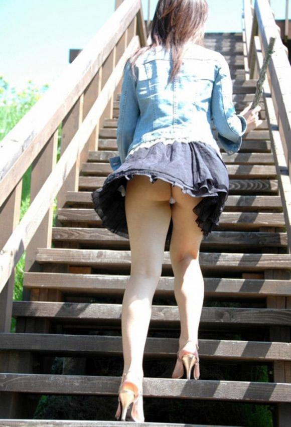 女子大生のミニスカを狙われた下着盗撮エロ画像14枚目