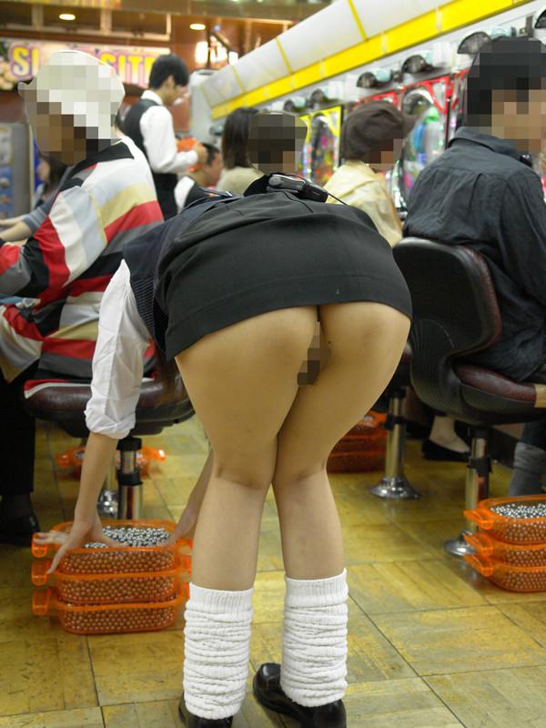 パチンコ屋店員のパンチラ下着天国の盗撮エロ画像16枚目