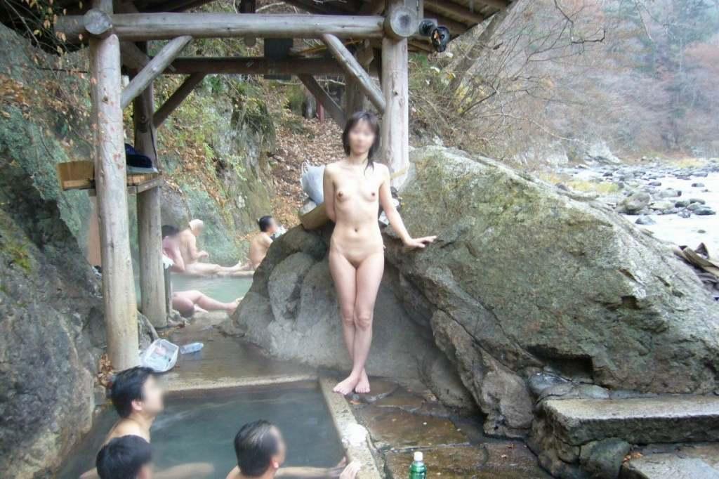 温泉で接待するパイパンなピンクコンパニオン画像