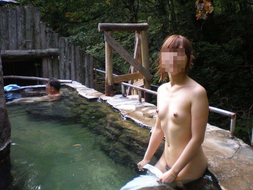 ピンクコンパニオンが温泉接待のパイパンエロ画像7枚目