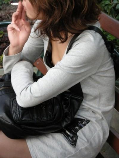 jc妹の前かがみの胸チラブラジャー盗撮エロ画像12枚目
