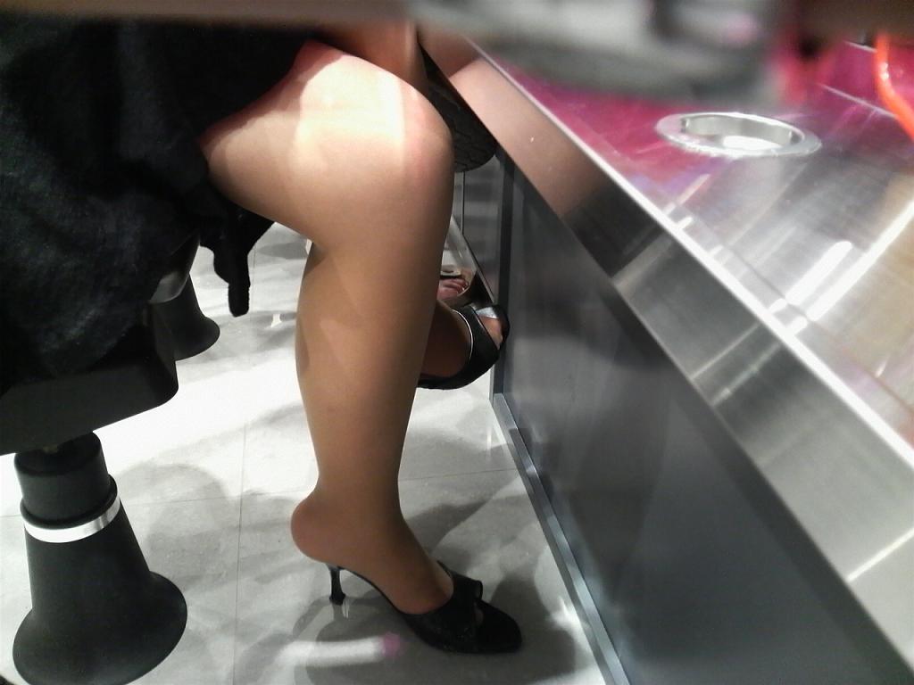 パチンコ店員が逆さパンチラ盗撮をされるエロ画像2枚目