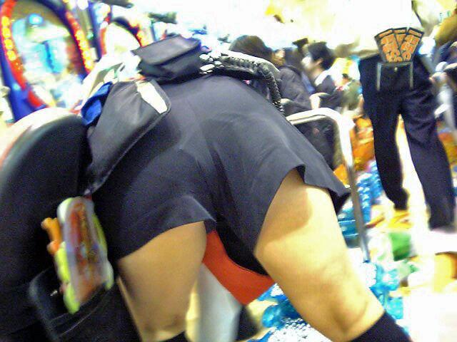 パチンコ店員が逆さパンチラ盗撮をされるエロ画像5枚目