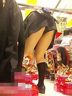 パチンコ店員が逆さパンチラ盗撮をされるエロ画像8枚目