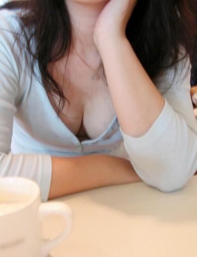 店員さんの陥没乳首の浮きブラ胸チラ盗撮エロ画像3枚目