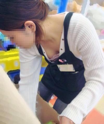 店員さんの陥没乳首の浮きブラ胸チラ盗撮エロ画像10枚目