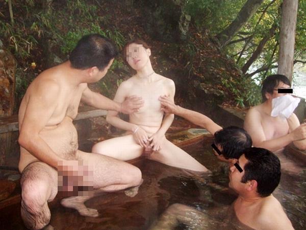 ピンクコンパニオンが温泉で弄ばれる実態エロ画像11枚目