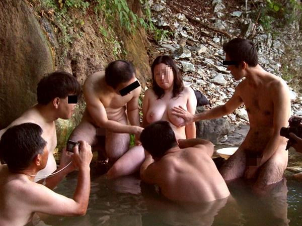 ピンクコンパニオンが温泉で弄ばれる実態エロ画像13枚目